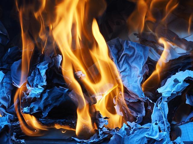 В Пензе на улице Аустрина загорелась куча деревянных поддонов