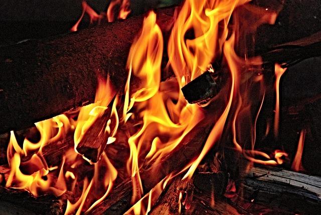 В Пензе ночью 28 человек тушили пожар в жилом доме