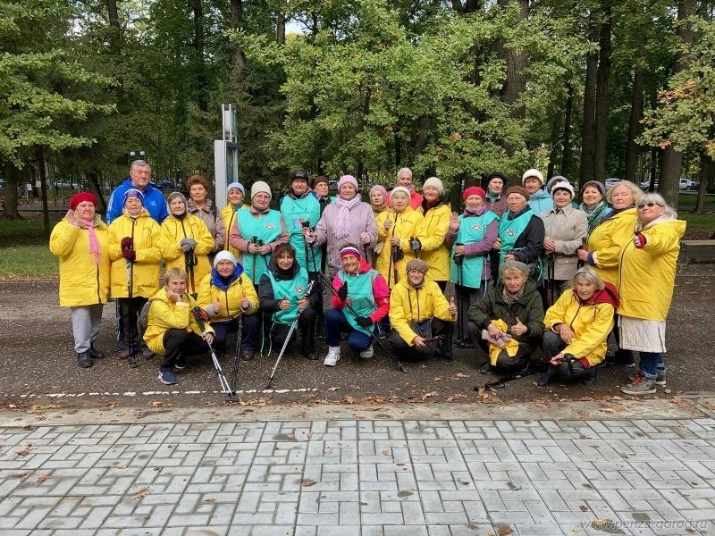 В Пензе на Олимпийской аллее прошел мастер-класс по скандинавской ходьбе